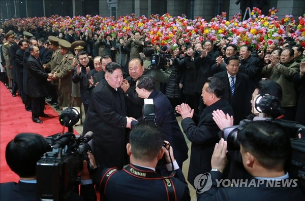 Lãnh đạo Triều Tiên Kim Jong-un bắt tay với các quan chức chính phủ chào mừng mình về nước, tại nhà ga Bình Nhưỡng sáng 5-3. Ảnh: YONHAP lấy lại từ KCNA
