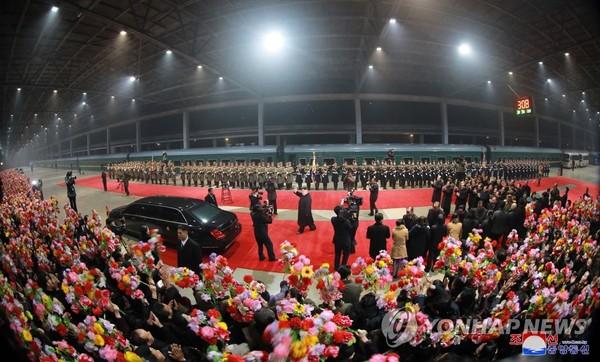 Quang cảnh chào đón lãnh đạo Triều Tiên Kim Jong-un về nước sau chuyến đi Việt Nam nhằm tham gia kỳ thượng đỉnh thứ hai với Tổng thống Mỹ Donald Trump. Ảnh: YONHAP lấy lại từ KCNA