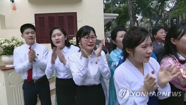 Người dân Triều Tiên xúc động khi nhìn thấy lãnh đạo Kim Jong-un đến thăm Đại sứ quán Triều Tiên ở Hà Nội chiều 27-2. Ảnh: YONHAP chụp lại từ màn hình đài truyền hình trung ương Triều Tiên KCTV