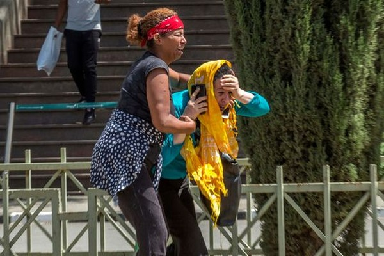 Người thân nạn nhân tuyệt vọng tại sân bay quốc tế Bole ở thủ đô Addis Ababa (Ethiopia) ngày 10-3. Ảnh: AP