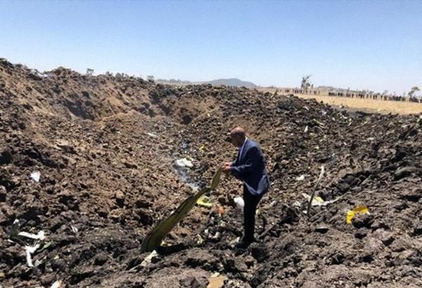 Ông Tewolde GebreMariam, CEO hãng Ethiopian Airlines tại hiện trường tai nạn, tay cầm một mảnh vỡ của chiếc Boeing 737 Max 8. Ảnh: ETHIOPIAN AIRLINES