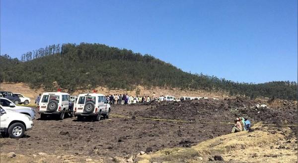 Hiện trường chiếc Boeing 737 Max 8 của hãng Ethiopian Airlines rơi ngày 10-3. Ảnh: REUTERS