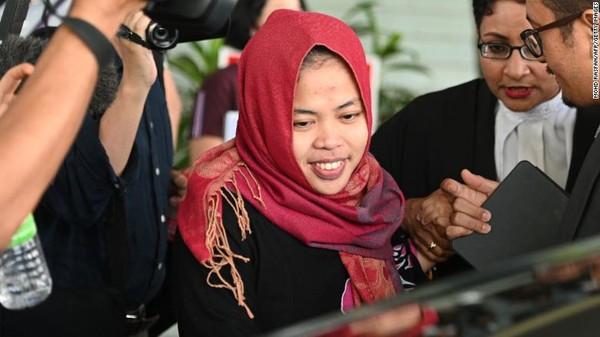 Nữ công dân Siti Aisyah cười khi bước ra khỏi tòa thượng thẩm Shah Alam ở thủ đô Huala Lumpur (Malaysia) sáng 11-3. Ảnh: AFP