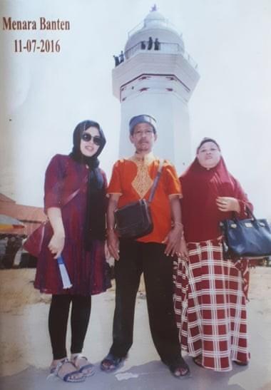 Cô Siti Aisyah (trái) cùng bố mẹ tại quê nhà. Ảnh: GUARDIAN