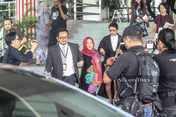 Cô Siti Aisyah rời tòa thượng thẩm Shah Alam sáng 11-3, sau khi cáo buộc giết ông Kim Jong-nam được các công tố viên rút lại. Ảnh: NST