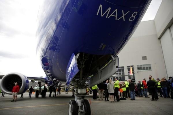 Nhân viên Boeing chụp bình trước một chiếc Boeing 737 Max 8 được sản xuất cho hãng Southwest Airlines, nhân kỷ niệm sự kiện Boeing sản xuất 10.000 chiếc 737, tại bang Washington (Mỹ) ngày 13-3-2018. Ảnh: REUTERS