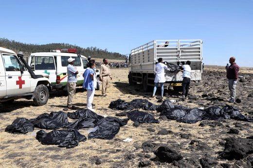Thu thập thi thể nạn nhân tại hiện trường chiếc Boeing 737 MAX 8 rơi sáng 10-3. Ảnh: AFP