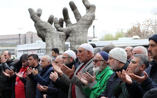 Người dân Ankara (Thổ Nhĩ Kỳ) cầu nguyện cho các nạn nhân vụ xả súng ở New Zealand, ngày 16-3. Ảnh: AFP