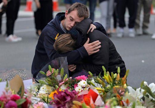 Người sống sót tưởng niệm nạn nhân tại New Zealand, ngày 16-3. Ảnh: AP