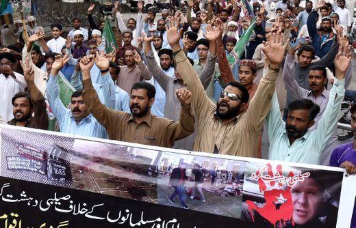 Dân Pakistan biểu tình phản đối vụ xả súng ở New Zealand, tại Karachi ngày 16-3. Ảnh: EPA