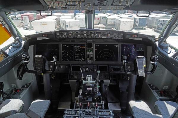 Buồng lái của một chiếc Boeing 737 MAX 8 của hãng Lion Air đang ngưng khai thác. Ảnh: BLOOMBERG
