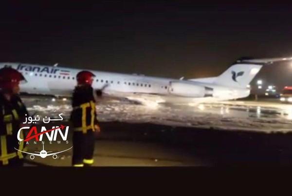 Chiếc máy bay của hãng Iran Air bị bắt lửa trên đường băng khi vừa hạ cánh, với 100 hành khách bên trong. Ảnh: TWITTER