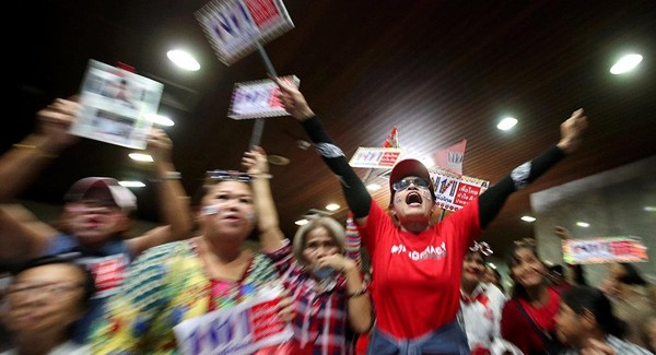 Người ủng hộ đảng Pheu Thai ăn mừng, theo dõi kết quả bầu cử. Ảnh: REUTERS
