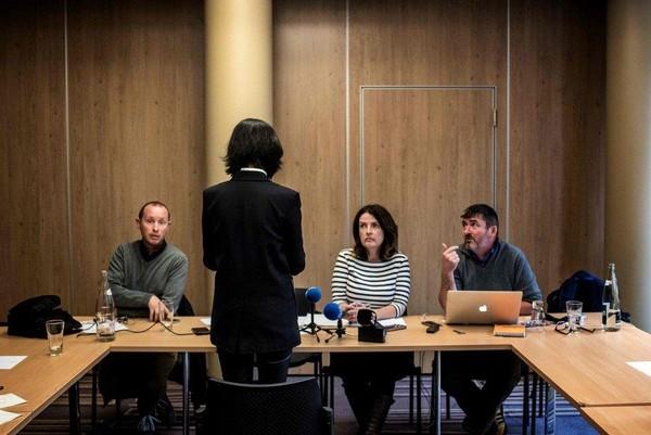 Bà Grace Mạnh (đứng quay lưng lại máy ghi hình) trao đổi với các phóng viên ngày 7-10-2018 tại Lyon (Pháp), vài ngày sau khi ông Mạnh Hoành Vĩ về nước và bị bắt. Ảnh: AFP