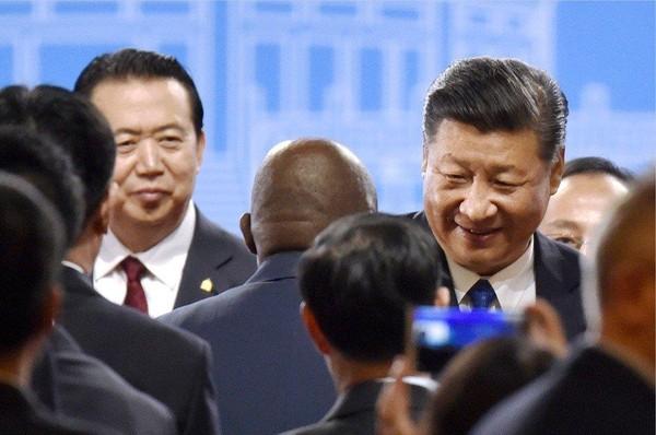 Ông Mạnh Hoành Vĩ (trái) và Chủ tịch Trung Quốc Tập Cận Bình (phải) trong một cuộc họp thường niên Bộ Công an Trung Quốc tháng 9-2017. Ảnh: KYODO