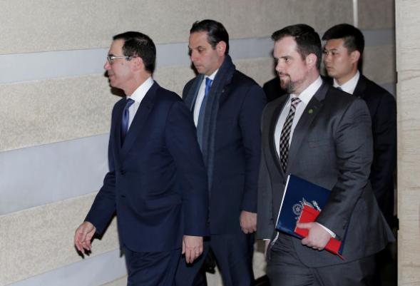 Bộ trưởng Tài chính Mỹ Steven Mnuchin và các thành viên phái đoàn đàm phán Mỹ tại Bắc Kinh (Trung Quốc) ngày 28-3. Ảnh: REUTERS
