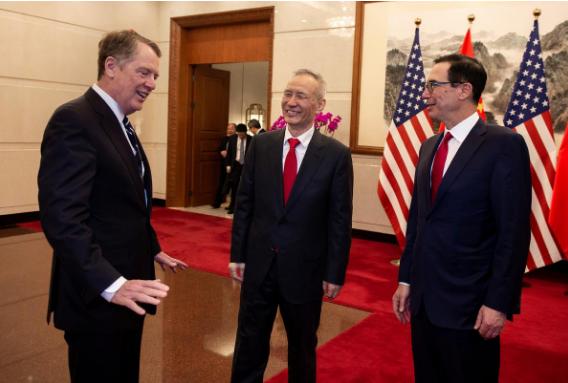 Phó Thủ tướng Trung Quốc Lưu Hạc (giữa), Đại diện thương mại Robert Lighthizer (trái), Bộ trưởng Tài chính Mỹ Steven Mnuchin phải tại nhà khách Điếu Ngư Đài ở Bắc Kinh (Trung Quốc) ngày 29-3. Ảnh: REUTERS
