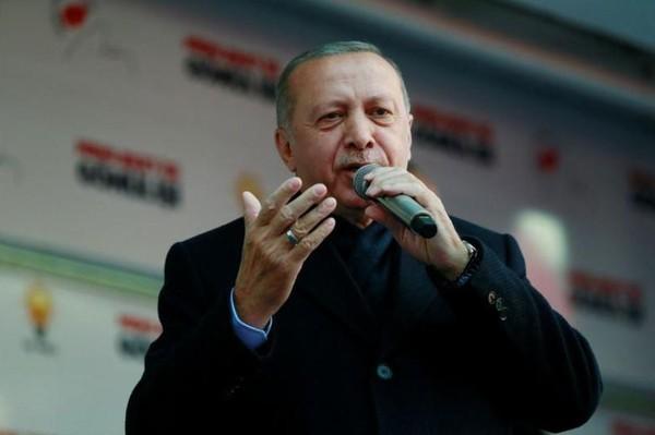 Tổng thống Thổ Nhĩ Kỳ Recept Tayyip Erdogan phát biểu trước người ủng hộ ở Ankara ngày 28-3. Ảnh: REUTERS