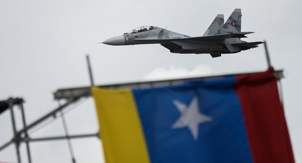 Máy bay chiến đấu  đa chức năng Su-30MKV của Nga bay trong một lễ diễu binh của Venezuela, ngày 5-7-2017. Ảnh: AFP