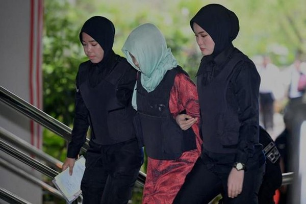 Đoàn Thị Hương được hộ tống tới tòa sáng nay 1-4. Ảnh: AFP