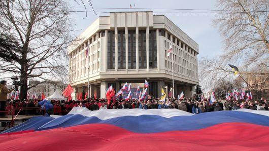 Người dân Crimea trong lễ kỷ niệm 5 năm bán đảo này được sáp nhập vào Nga, tại TP Simferopol ngày 15-3. Ảnh: AFP