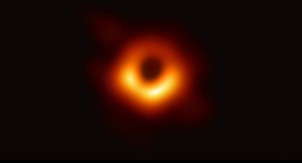 Bức ảnh Hố đen vũ trụ đầu tiên vừa được các nhà thiên văn học thế giới công bố. Ảnh: AFP