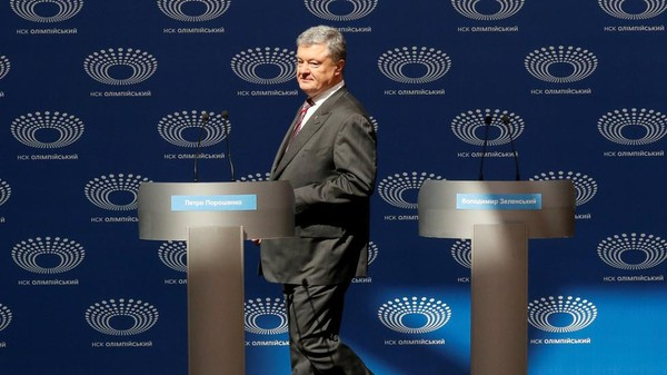 Ông Poroshenko đứng trên bên cạnh hai bục tranh luận chuẩn bị cho ông và đối thủ Zelenskiy, nhưng ông Zelenskiy vắng mặt. Ảnh: REUTERS