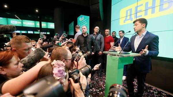 Ông Zelenskiy – người dẫn xa ông Poroshenko trong vòng bỏ phiếu thứ hai cuộc bầu cử tổng thống Ukraine – phát biểu tại trụ sở tranh cử của mình ở thủ đô Kiev (Ukraine) ngày 21-4. Ảnh: REUTERS