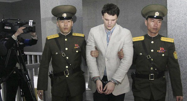 Sinh viên Mỹ Otto Watmbier được hộ tống đến Tòa án Tối cao Triều Tiên. Ảnh: AP