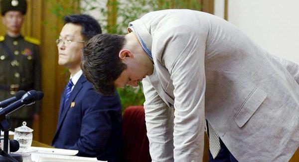Sinh viên Mỹ Otto cúi đầu xin lỗi trong một cuộc họp báo ở Bình Nhưỡng (Triều Tiên) hồi tháng 2-2016. Ảnh: KYODO công bố ngày 29-2-2016