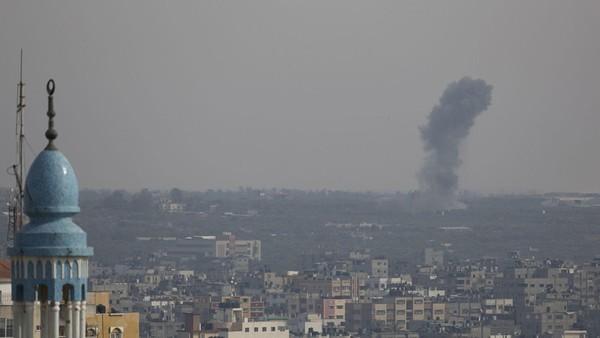 Khói bốc lên từ không kích của Israel xuống TP Rafah phía nam Dải Gaza ngày 5-5. Ảnh: GETTY IMAGES