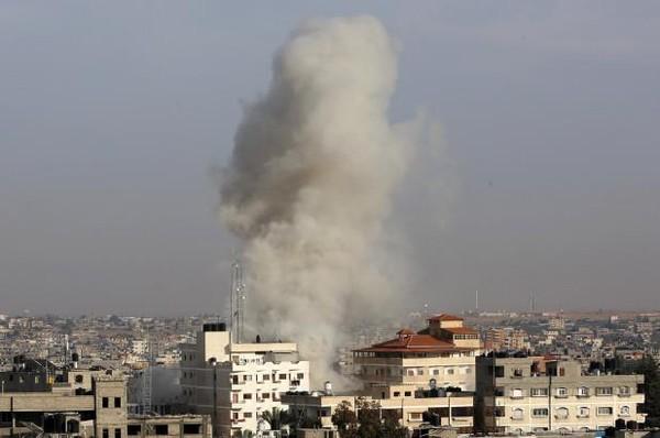 Khói bốc lên từ một trận không kích của Israel xuống Dải Gaza ngày 5-5. Ảnh: AP