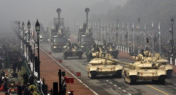 Hai chiếc xe tăng T-90 (dẫn đầu) trong một sự kiện diễu binh ở New Delhi, Ấn Độ. Ảnh: REUTERS