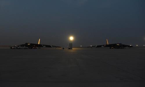 Hai chiếc máy bay ném bom Boeing B-52 Stratofortress đã hạ cánh trên đường băng căn cứ không quân Al Udeid ở Qatar ngày 8-5. Ảnh: US AIR FORCE