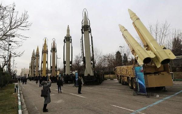 Vũ khí Iran được trưng bày ở thủ đô Tehran tháng 2-2019. Ảnh: AFP