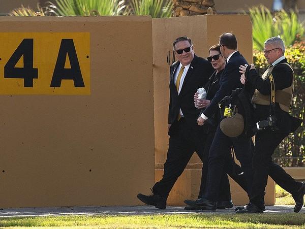 Ngoại trưởng Mỹ Mike Pompeo tại Đại sứ quán Mỹ ở Iraq đầu năm nay. Quyết định sơ tán một phần nhân viên tại Đại sứ quán gia tăng thêm căng thẳng giữa Mỹ và Iran. Ảnh: GETTY IMAGES