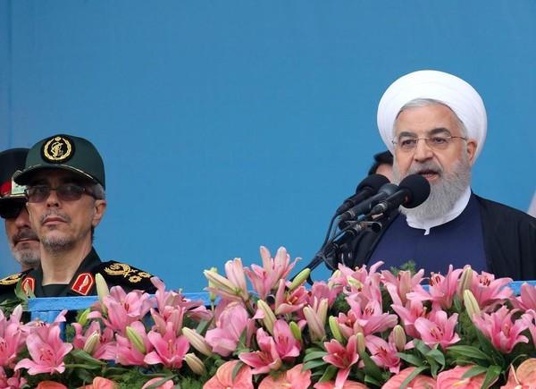 Tướng Mohammad Bagheri – Tư lệnh Quân đoàn Vệ binh Cách mạng Iran- và Tổng thống Iran Hassan Rouhani tại thủ đô Tehran (Iran) tháng trước. Ảnh: EPA