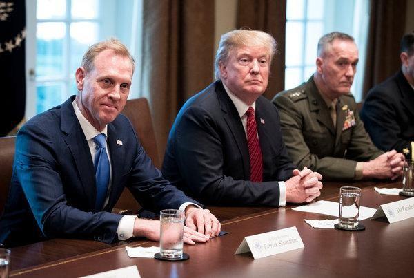 Tổng thống Mỹ Donald Trump (giữa) nói với Quyền Bộ trưởng Quốc phòng Mỹ Patrick Shanahan (trái) rằng ông không muốn chiến tranh với Iran. Ảnh: NEW YORK TIMES