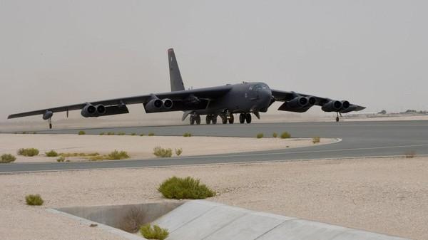 Máy bay ném bom B-52 của Mỹ vừa có chuyến bay trình diễn sức mạnh đầu tiên trên Vịnh Persian sau khi được triển khai đến Qatar. Ảnh: SPUTNIK
