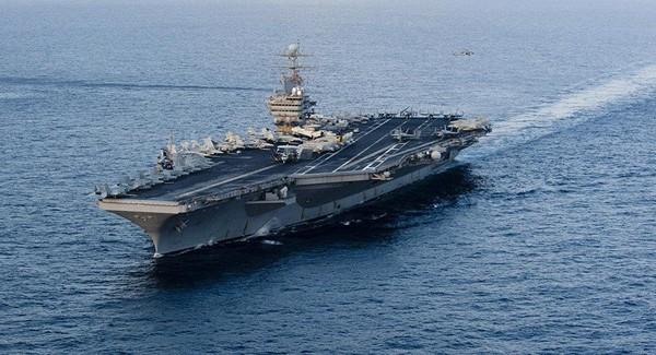 Tàu sân bay USS Abraham Lincoln của Mỹ trong một lần di chuyển trên biển Ả Rập. Ảnh: AFP