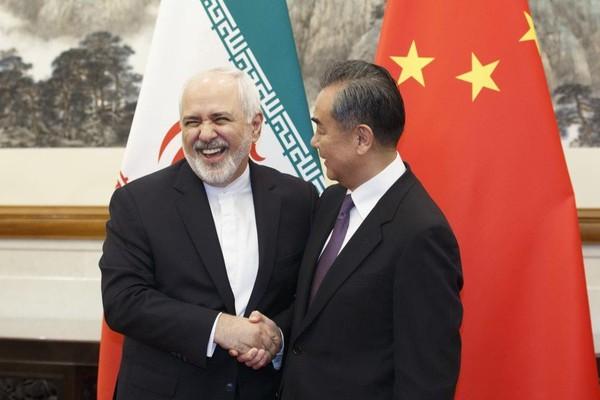 Bộ trưởng Ngoại giao Trung Quốc Vương Nghị (phải) trong buổi tiếp Ngoại trưởng Iran Mohammad Javad Zarif (trái) tại nhà khách Điếu Ngư Đài ở Bắc Kinh (Trung Quốc) ngày 18-5. Ảnh: AP