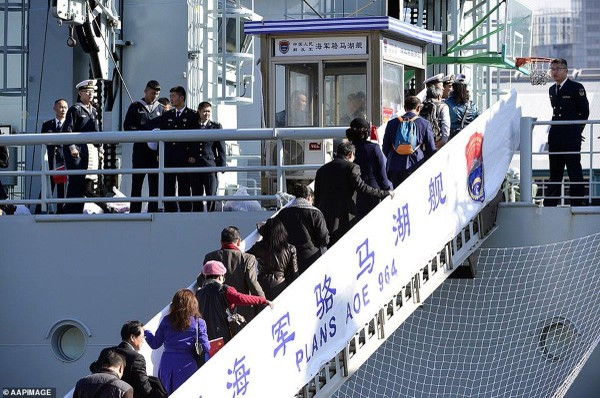 Thủy thủ trên tàu chiến Trung Quốc đến cảng Sydney. Ảnh: AAP
