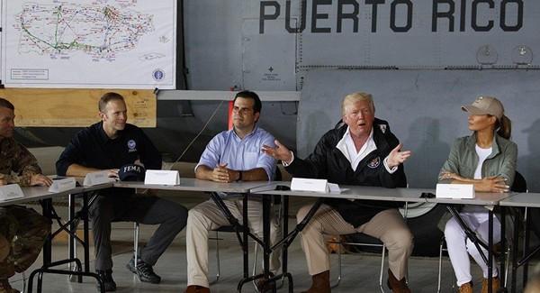 Vợ chồng Tổng thống Donald Trump (phải) đến thăm Puerto Rico năm 2017, sau khi nơi này gặp thảm họa. Ảnh: AP