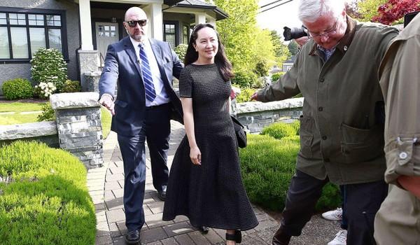Bà Mạnh Vãn Châu được nhân viên an ninh hộ tống đến tòa án ngày 8-5. Ảnh: AFP