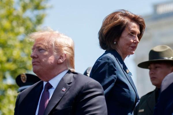 """Bà Pelosi (phải) muốn ông Trump (trái) """"vào tù"""", nhưng không dễ. Ảnh: WASHINGTON POST"""