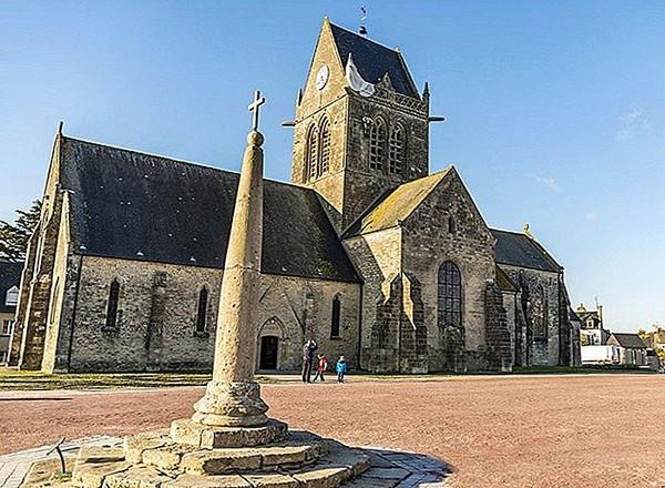 Nhà thờ của thị trấn Sainte-Mere-Eglise tái tạo lại cảnh lính nhảy dù lơ lửng từ chiếc dù trên mái nhà thờ để tưởng nhớ chiến dịch bi tráng này. Ảnh: THE PLANET WORLD