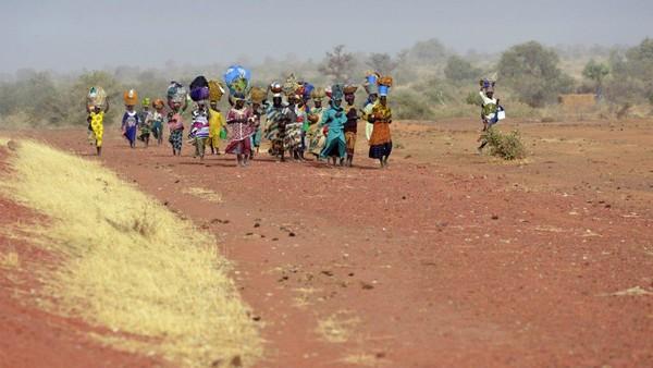 Phụ nữ thuộc nhóm sắc tộc Dogon quay về làng sau một thời gian lánh đi vì làng bị các nhóm thánh chiến Hồi giáo chiếm đóng, năm 2013. Ảnh: AP
