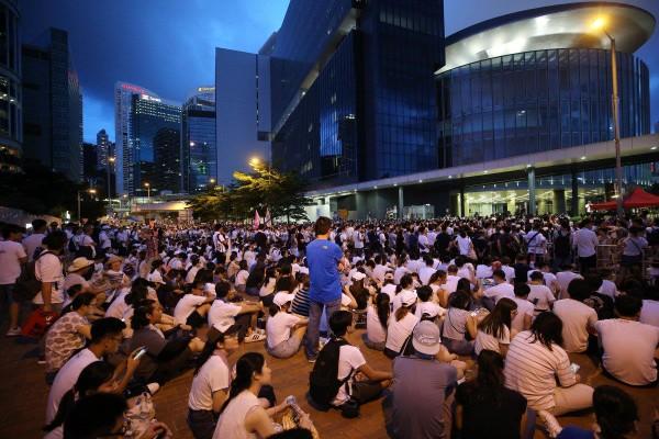 Người biểu tình ngồi trước trụ sở chính quyền Hong Kong trong đêm biểu tình 9-6. Ảnh: SCMP