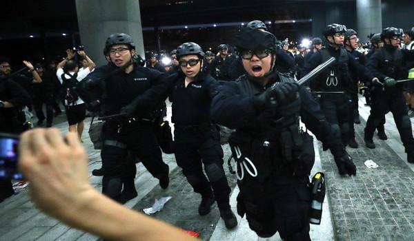 Cảnh sát được trang bị phương tiện chống bạo động đối phó với người biểu tình Hong Kong đêm 9-6. Ảnh: SCMP