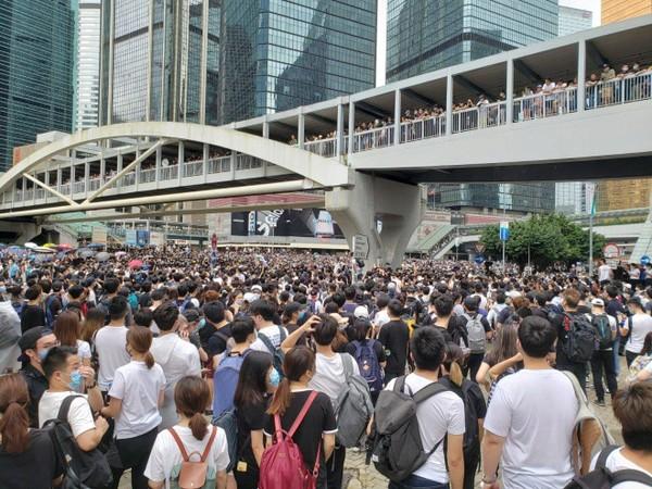 Người biểu tình phong tỏa nhiều tuyến đường khiến các nhà lập pháp đã gặp khó khăn khi muốn đến trụ sở Hội đồng Lập pháp để họp về dự luật dẫn độ. Ảnh: SCMP
